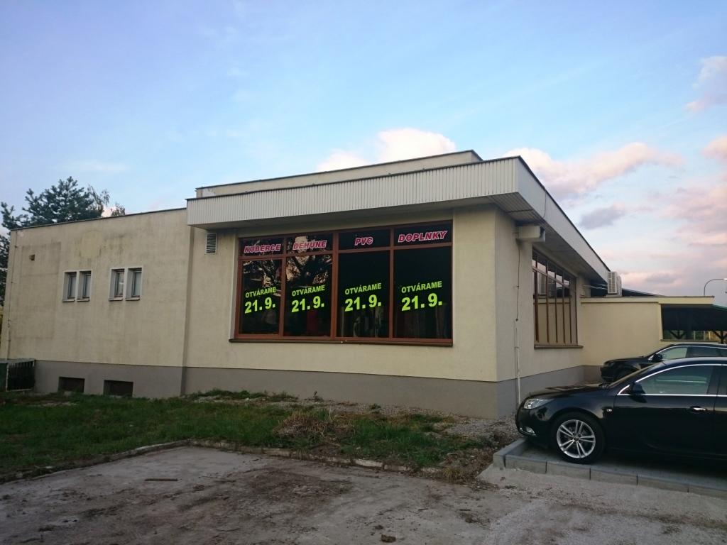 Otvorenie predajne kobercov v Partizánskom